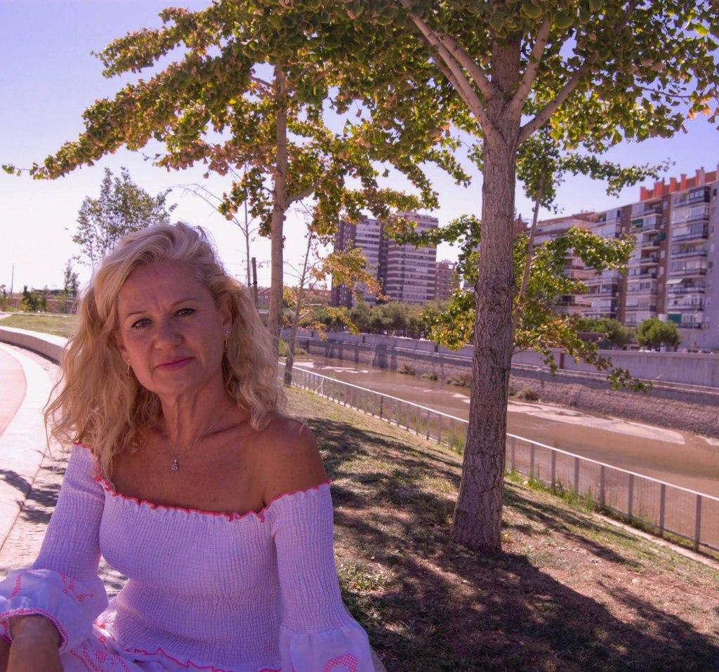 "Gracia López Esteban. Escritora. Autora de la novela ""El agua de lluvia hace crecer el cabello""."
